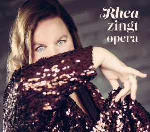 Rhea zingt opera tekst en vertaling aria pace pace ave Maria un ballo in Maschera van Verdi Martha von Flotow o mio babbino caro Puccini vertaling in het Nederlands