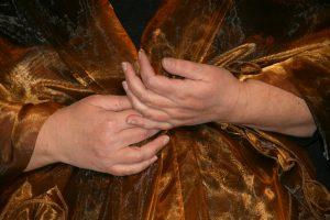 Rhea Knipscheer vertelt en zingt opera; voorstellingen voor in de huiskamer, zaaltjes en theaters